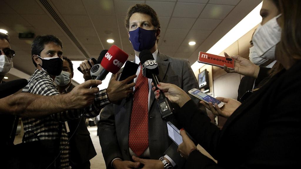 Ricardo Salles utfrågad av reportrar.