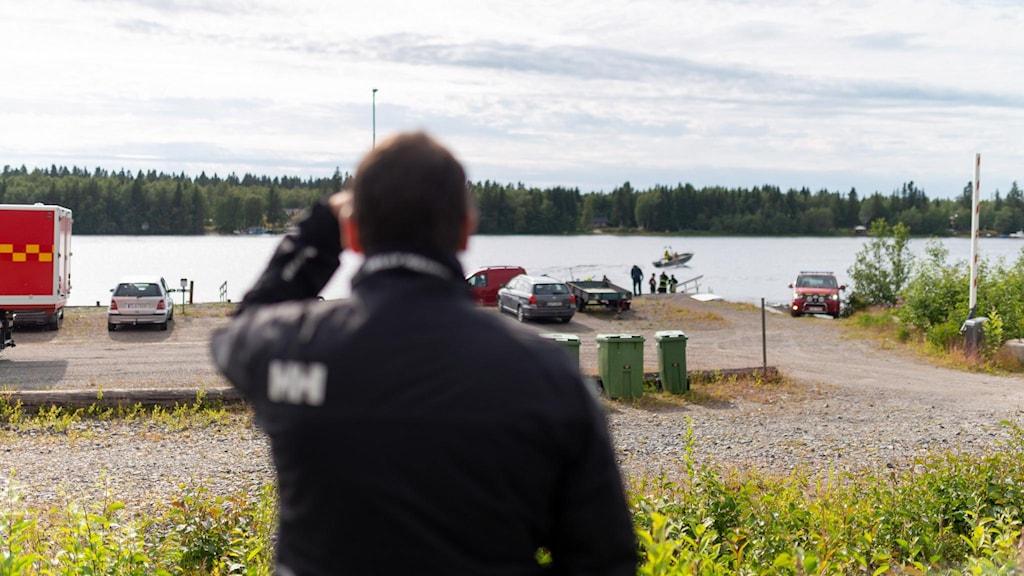 Räddningstjänsten kommer in med båt och vrakdelar till hamnen i Södra Bergsboda i närheten av olycksplatsen vid Storsandskär.