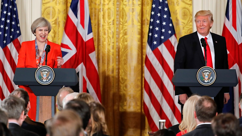 Theresa May och Donald Trump står på ett podium tillsammans under hennes besök i USA.