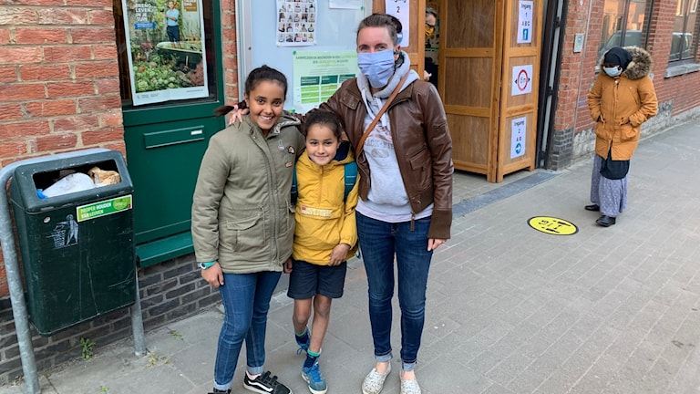Eleonora i mitten med mamma och storasyster.