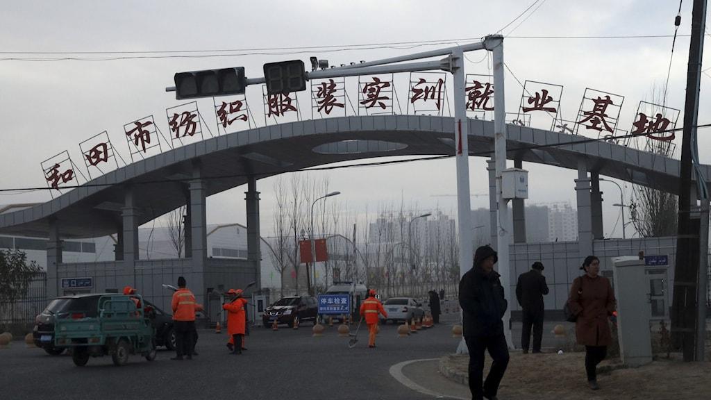 Ingången till en fabrik i Kinas Xinjiang