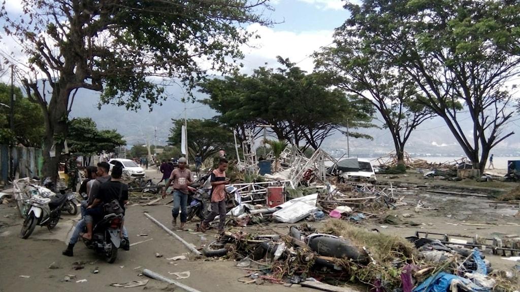 Hundratals döda efter tsunami i Indonesien