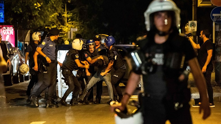 Poliser håller fast en demonstrant under en protest i Istanbul.