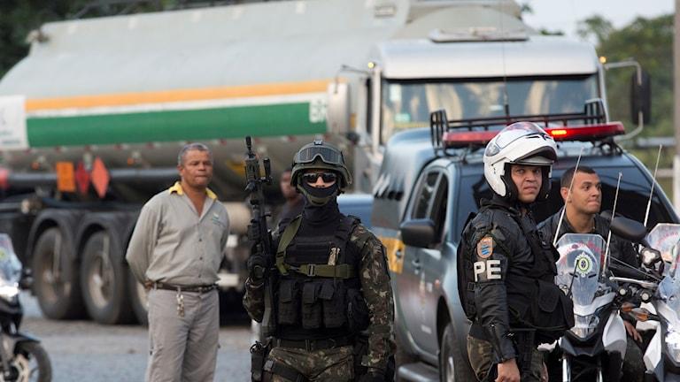 Militärer framför en lastbil med bränsle i Brasilien.