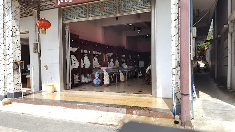 Smycken och skulpturer tillverkade av hotade jättemusslor säljs öppet i butiker och på sociala medier i Tanmen på Hainan trots förbud.