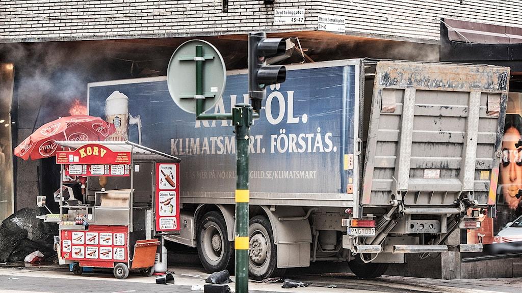 Lastbilen kraschade in Åhléns-varuhuset.