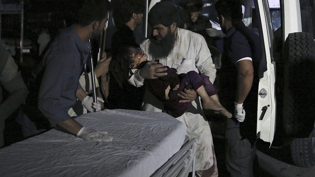 En flicka som skadats i en explosion i Kabul bärs in till sjukhuset