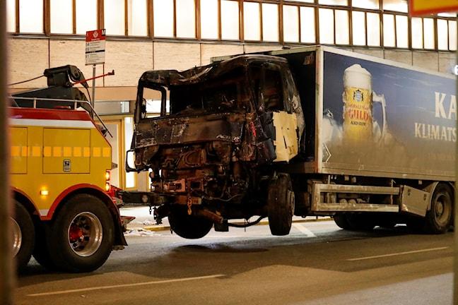 Den lastbil som användes för att meja ner flertalet personer på Drottninggatan i centrala Stockholm har fraktats bort under natten.