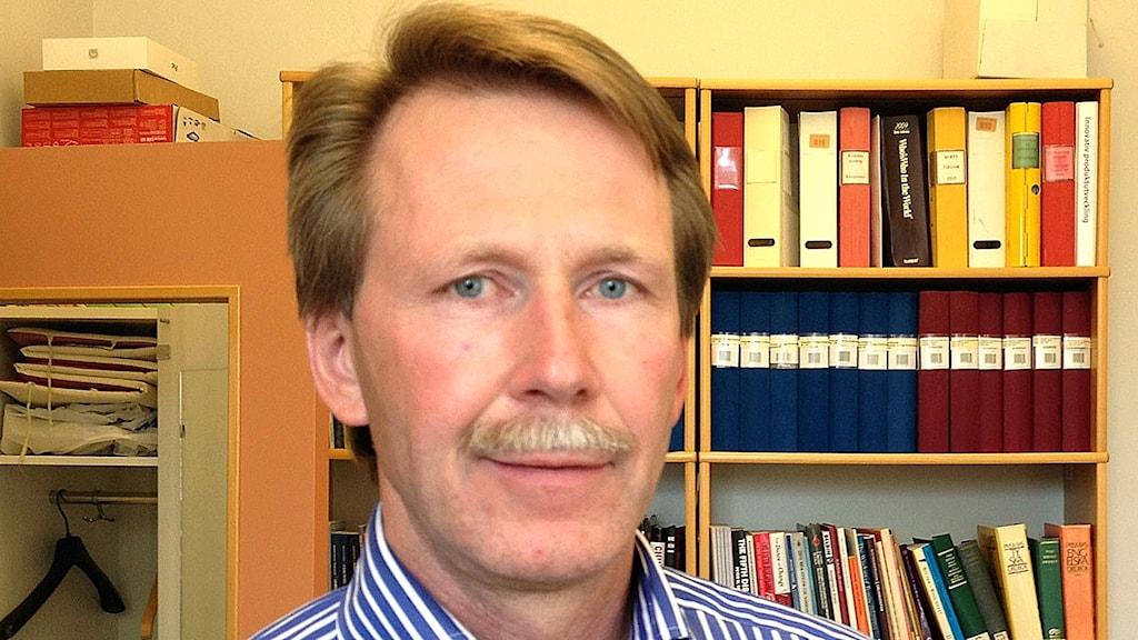 Ansiktbild av Lars Bengtsson Högskolan i Gävle som står framför en bokhylla