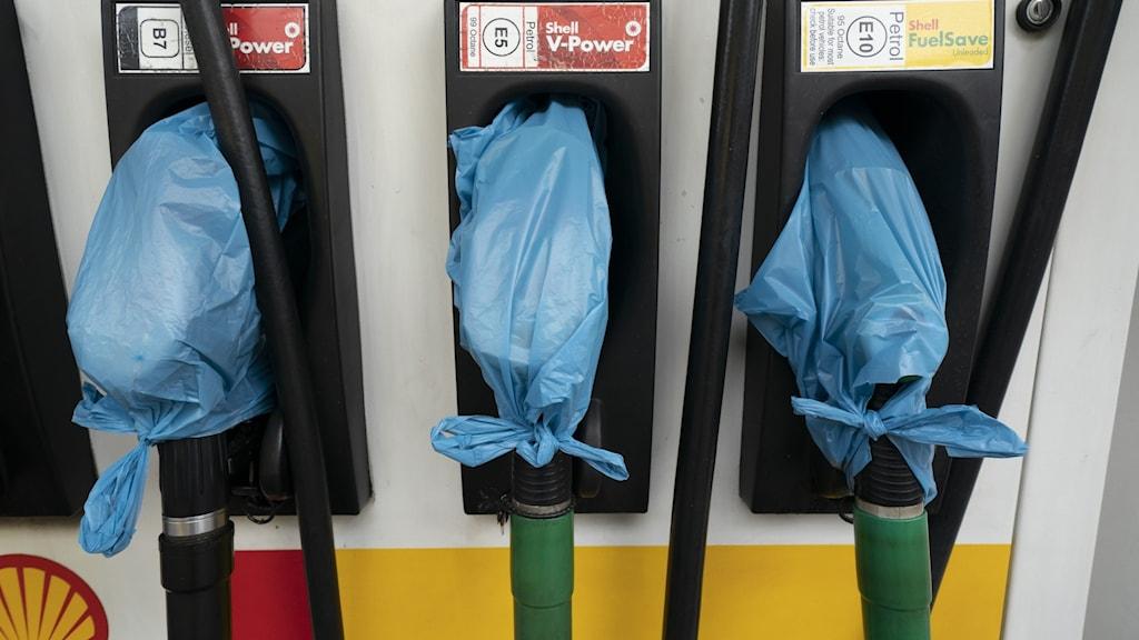 plastpåsar över bensinpumpar för att markera att bensinen är slut.