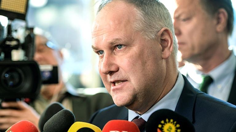 Vänsterpartiets partiledare Jonas Sjöstedt (V) pratar med media efter en pressträff i riksdagens presscenter efter sitt möte med riksdagens talman.