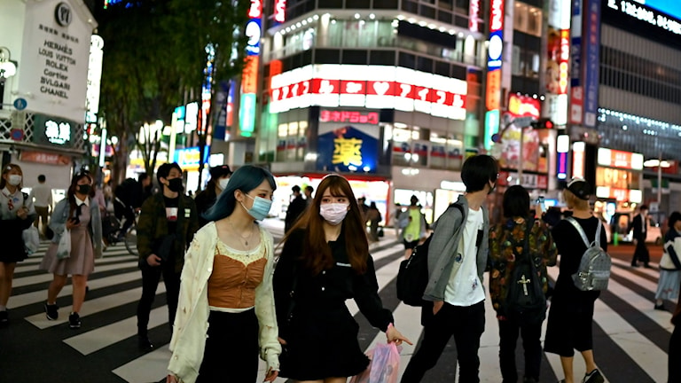 Människor med ansiktsmasker i Tokyos Shinjuku-distrikt.