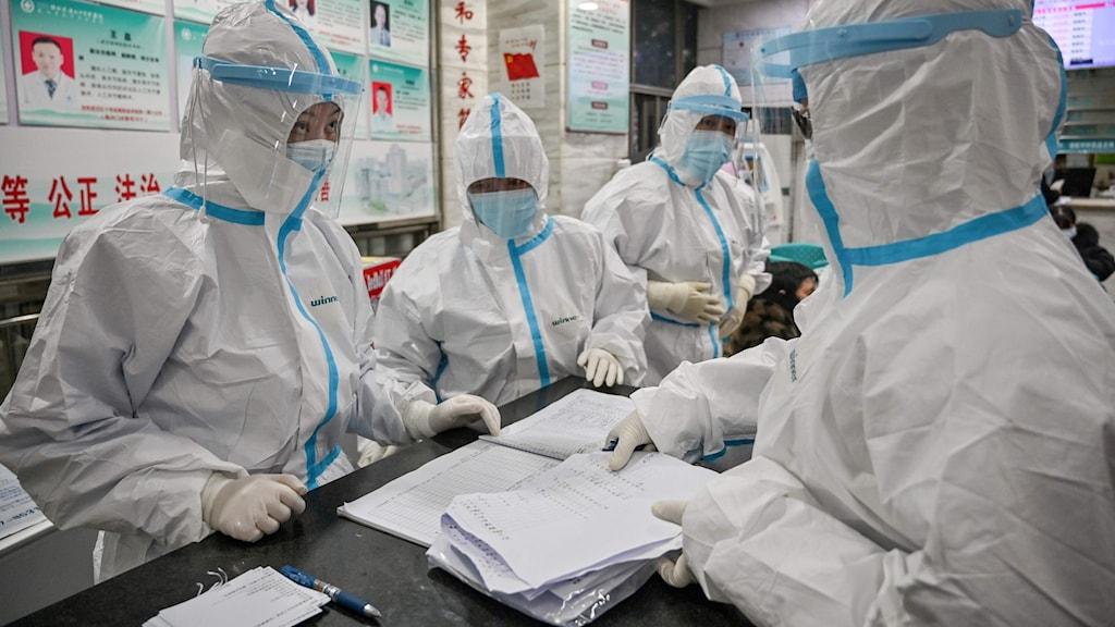 fyra läkare i skyddsutrustning