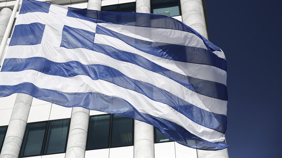 grekisk flagga framför byggnad