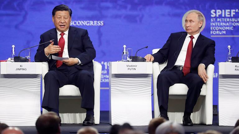 Kinas president Xi Jinping och Rysslands president Vladimir Putin träffas på Rysslands motsvarighet till Davostoppmötet.