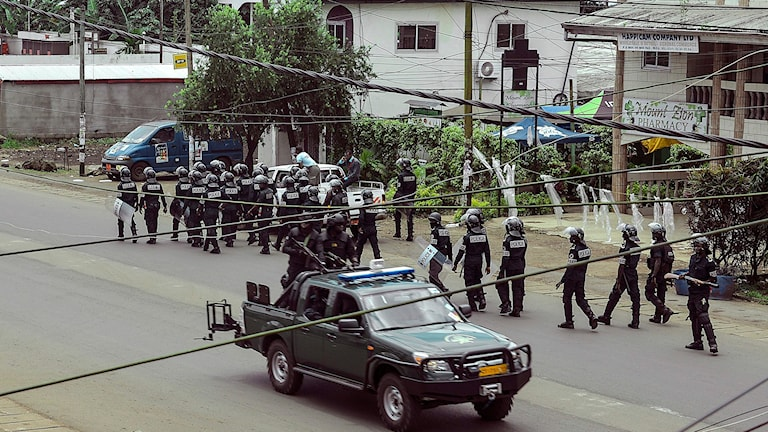Kamerunsk polis patrullerar i Buea den 1 oktober 2017.