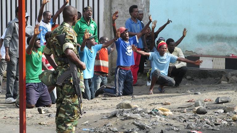 Protestanter på en gata i Burundi.