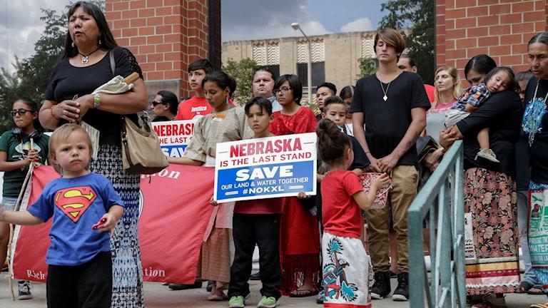 Människor med plakat.