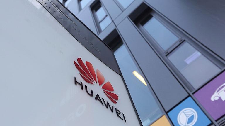 Logga för Huawei syns på husvägg.