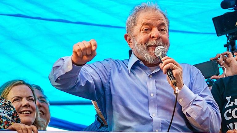 Brasiliens ex-president Lula da Silva håller valmöte, i dag kommer domen mot honom som avgör om han får försöka bli president i Brasilien i höst.
