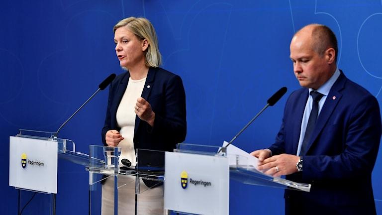 Magdalena Andersson och Morgan Johansson på en pressträff.