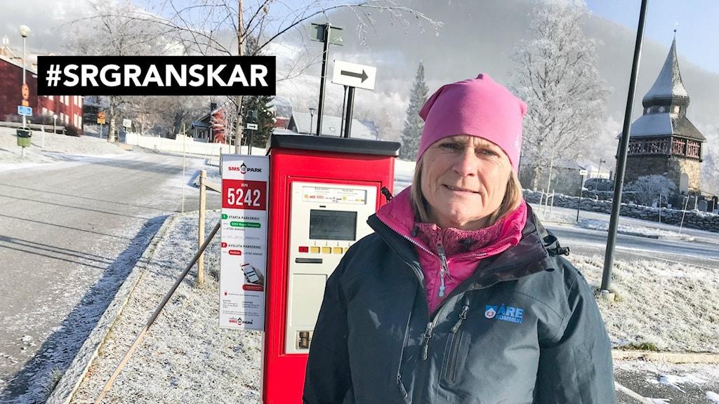 Karin Estensson står vid en parkeringsautomat i Åre.