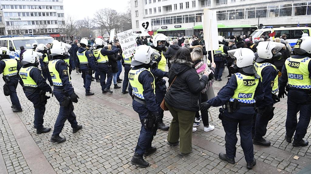 Polisen löser upp en coronademonstration.