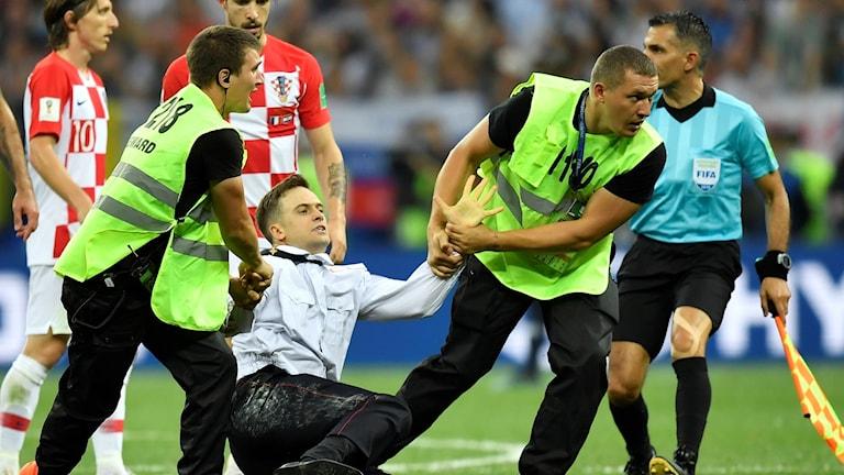 Pyotr Verzilov när han stormade fotbollsplanen mitt under VM-finalen i Ryssland.