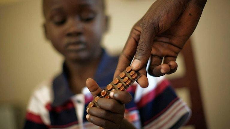 Barn i Sudan får tbc-medicin med stöd av Globala fonden.