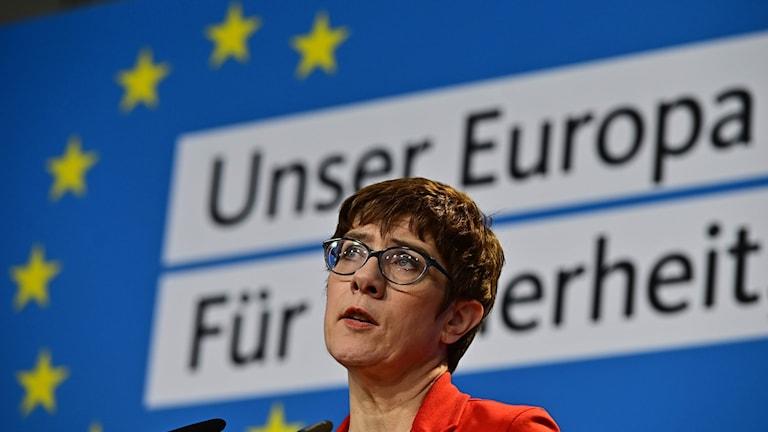 Annegret Kramp-Karrenbauer håller presskonferens inför EU-valet.