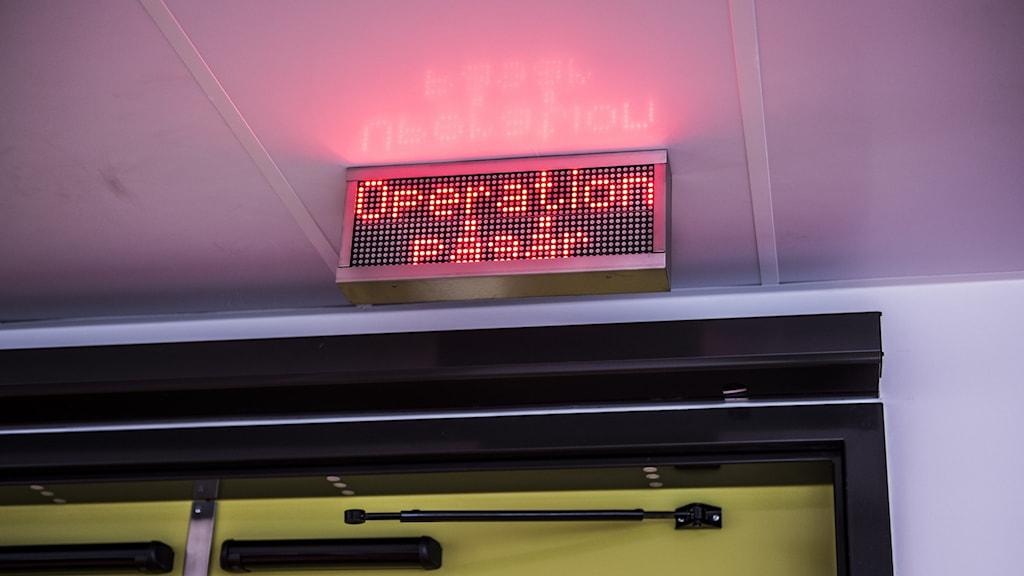 """Neonskylt med texten """"operation pågår"""""""