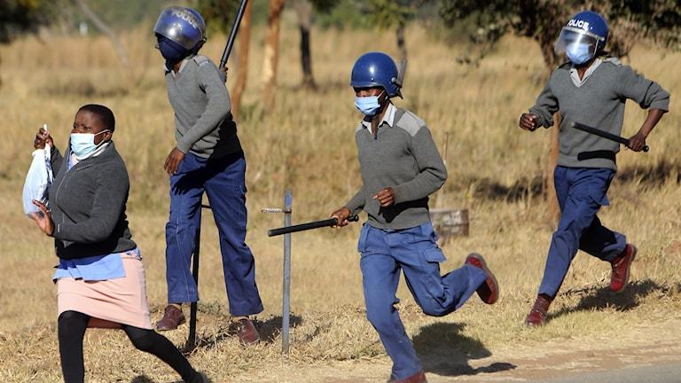 En demonstrant som blir jagad av polis.