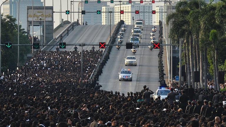 Mängder av thailändare följde processionen med kungens kista.