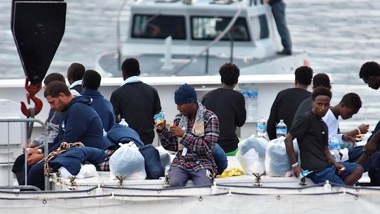 Migranter på ett båtdäck