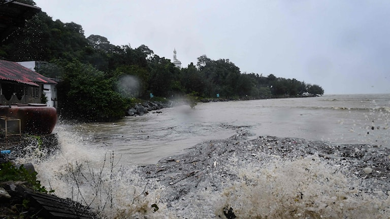 Stormen Pabuk väntas dra in över Thailands fastland ikväll.