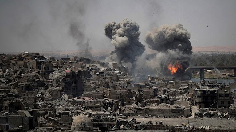 Gamla stan i Mosul attackeras av bomber under iraks offensiv för att befria staden från terrorgruppen IS.