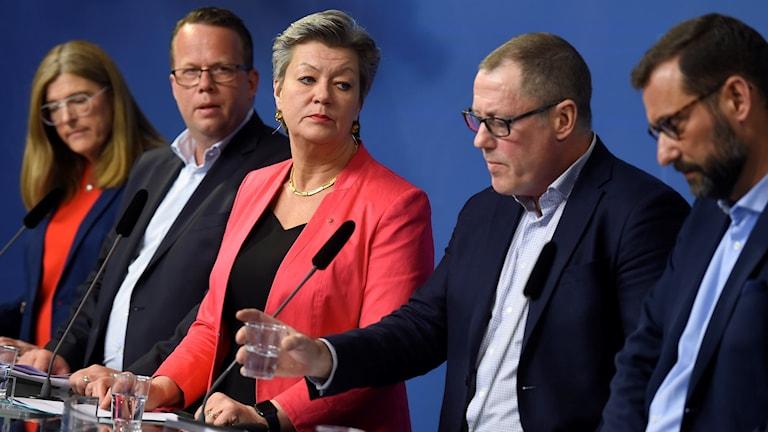 Avsiktsförklaringen om etableringsjobb är träffad mellan regeringen, LO, Unionen och Svenskt näringsliv. I mitten arbetsmarknadsmarknadsminister Ylva Johansson (S).