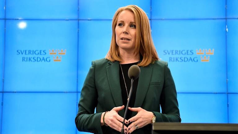 Centerpartiets partiledare Annie Lööf kommenterar regeringsfrågan vid en presskonferens på lördagen.