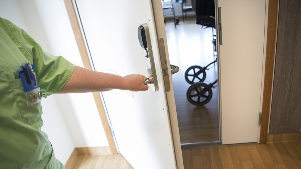 Personal på äldreboende öppnar dörren till ett av rummen.