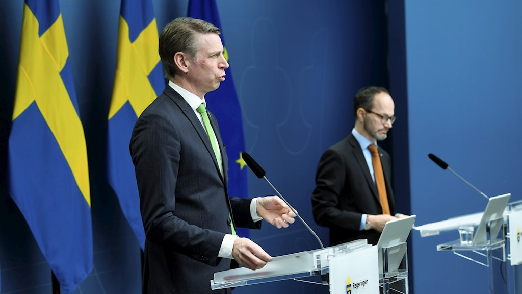 Per Bolund (MP) och Tomas Eneroth (S) på pressträff.