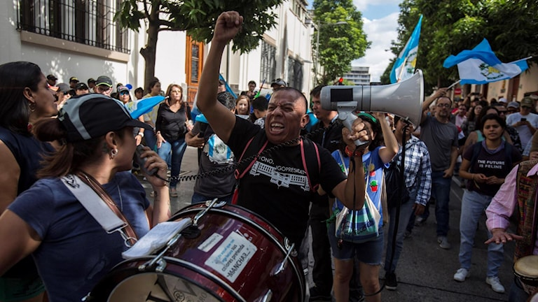 Demonstranter med flaggor i Guatemala