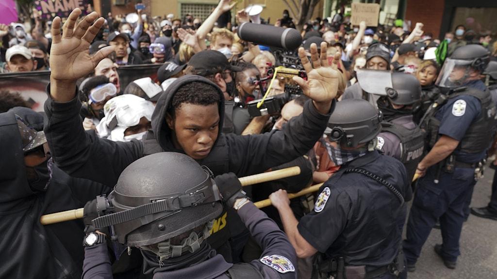 folksamling och poliser