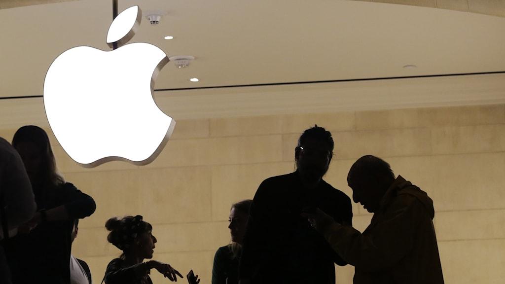 Människor utanför en Apple-butik.