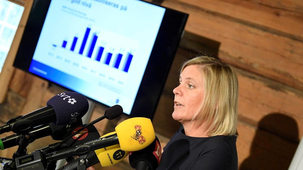 Finansminister Magdalena Andersson på pressträffen om det ekonomiska läget i landet.