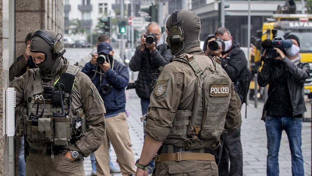 Tysk polis utanför rättegången mot den nu morddömda nazisten i juni 2020.