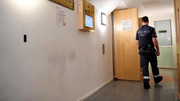 En ordningsvakt utanför säkerhetssalen i Stockholms tingsrätt.