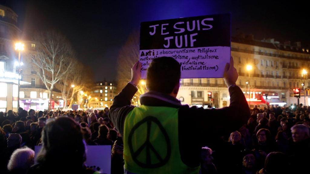 """En man med en gul väst bär ett plakat där det står """"Jag är jude"""" vid demonstrationen på Place de la Republique i Paris."""