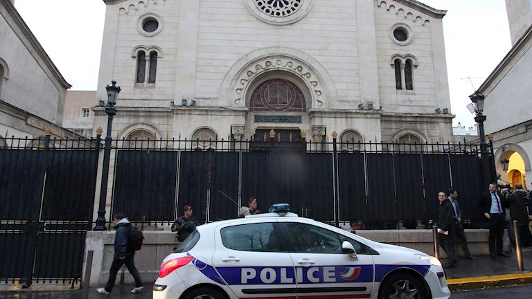 En polisbil utanför synagoga i Marseille.