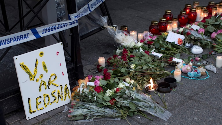 Göteborg, mars 2015: Blommor och ljus vid platsen för skottlossningen. Foto: Björn Larsson Rosvall/TT.