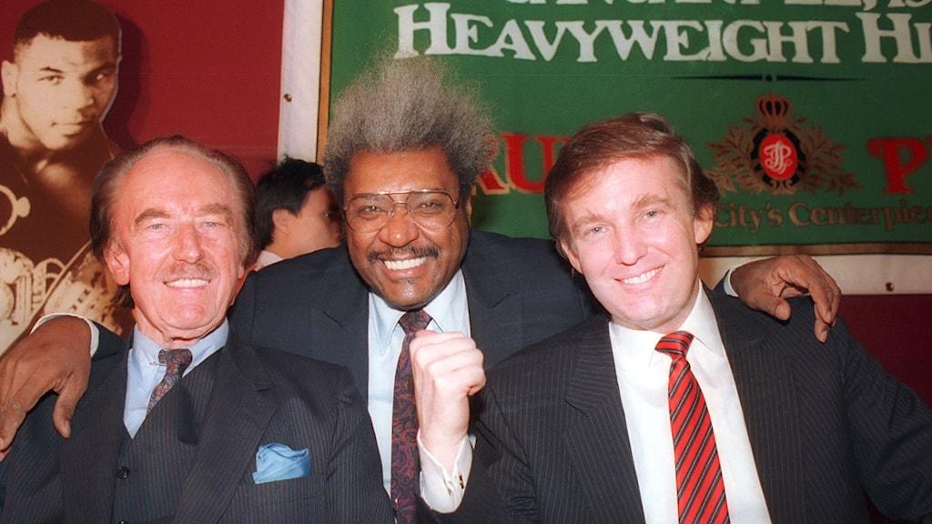 Fred Trump (till vänster), boxningspromotorn Don King och Donald Trump på en bild från Atlantic city i december 1987.
